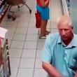 Russia, anziano filma sotto le gonne al supermercato3