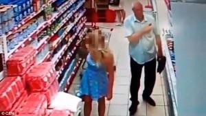 Russia, anziano filma sotto le gonne al supermercato5