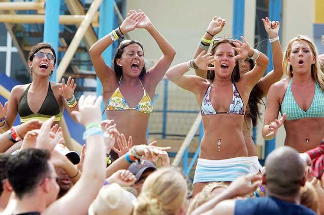"""Salento, in mille cantano sulla spiaggia """"Andiamo a comandare"""