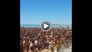 """Guarda la versione ingrandita di YOUTUBE Salento, in mille cantano sulla spiaggia """"Andiamo a comandare"""""""
