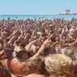 """Salento, in mille cantano sulla spiaggia """"Andiamo a comandare3"""