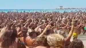 """Salento, in mille cantano sulla spiaggia """"Andiamo a comandare66"""