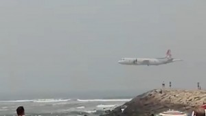 YOUTUBE Portogallo, aereo militare quasi sfiora teste dei turisti in spiaggia