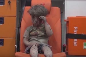 VIDEO YOUTUBE Raid Aleppo, bimbo coperto di sangue salvato dalle macerie