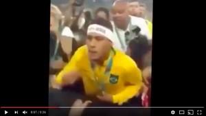 YOUTUBE Neymar reagisce insulti tifosi con pugno VIDEO
