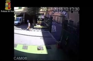 YOUTUBE Genova, scippatore seriale a Sampierdarena in azione