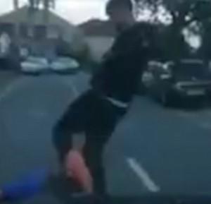 YOUTUBE Tira bottiglietta contro auto, conducente lo stende con un pugno