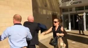 Sbranata da pit bull figlia di 6 mesi: madre rissa con i giornalisti davanti al tribunale per il processo VIDEO