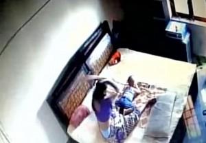 YOUTUBE Madre picchia la figlia neonata: ripresa dalle telecamere