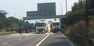 YOUTUBE Ponte pedonale crolla su autostrada in Gran Bretagna