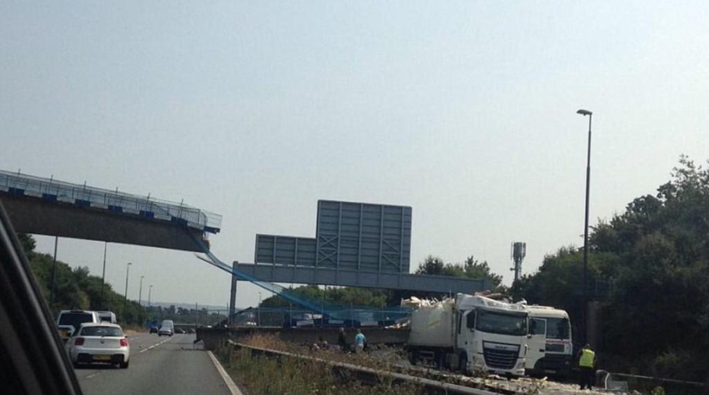 YOUTUBE Ponte pedonale crolla su autostrada in Gran Bretagna 5