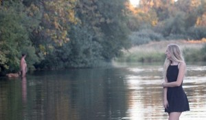 Studentessa FOTO in riva al fiume. Ma dietro...
