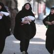Siria, Manbij liberata Isis: barba tagliata, burka bruciato5