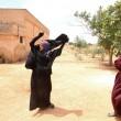 Siria, Manbij liberata Isis: barba tagliata, burka bruciato