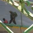 Soldato israeliano strappa bici a bambina3