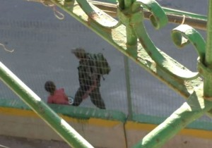 Soldato israeliano strappa bici a bambina6