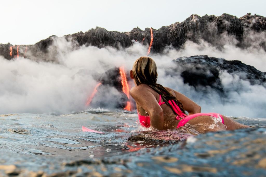 Surf attorno al vulcano attivo, l'impresa di Alison Teal3