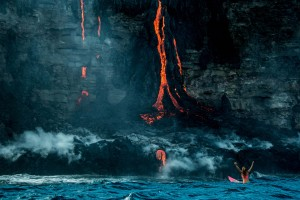 Surf attorno al vulcano attivo, l'impresa di Alison Teal55