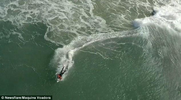 Surfista cavalca onda gigante, drone riprende 3