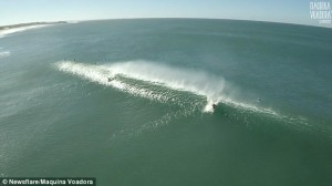 Guarda la versione ingrandita di YOUTUBE Surfista cavalca onda gigante, drone riprende