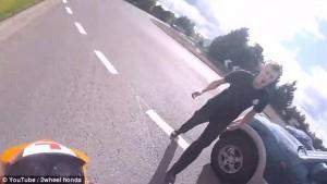 Guarda la versione ingrandita di YOUTUBE Automobilista getta a terra motociclista durante lite