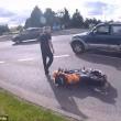 Automobilista getta a terra motociclista durante lite7