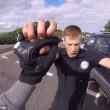 Automobilista getta a terra motociclista durante lite6