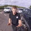 Automobilista getta a terra motociclista durante lite5