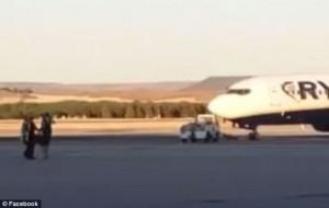 E' in ritardo: turista corre in pista per prendere l'aereo111