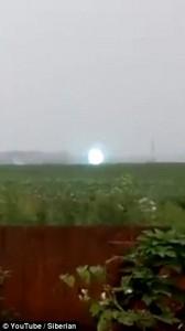 Guarda la versione ingrandita di YOUTUBE Raro fulmine globulare scambiato per ufo in Sibera