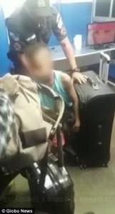 Guarda la versione ingrandita di YOUTUBE Brasile, polizia trova 11enne nella valigia
