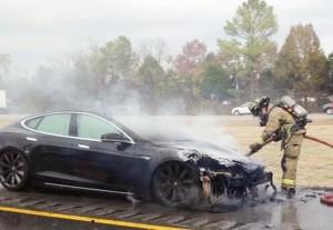 Tesla Model S90D in fiamme, auto elettrica si incendia durante test