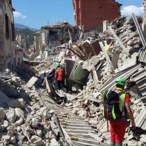 Guarda la versione ingrandita di Terremoto Accumoli, famiglia travolta dal campanile della chiesa
