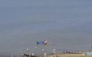 Guarda la versione ingrandita di Aereo finisce in mare: pilota salvato dai bagnanti