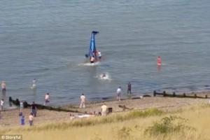 Aereo cade in mare, si capovolge, bagnanti salvano il pilota VIDEO YOUTUBE