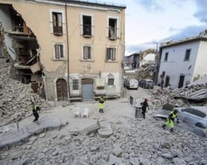 Guarda la versione ingrandita di Terremoto Amatrice, 16 scosse nella notte. Oggi i funerali, ma arriva la pioggia
