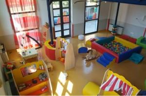 Milano, orrore a asilo nido: bimbi legati con cinghie e morsi. Due arresti