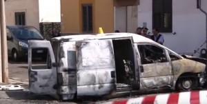 YOUTUBE Vernole: assalto a portavalori, auto e furgone bruciati