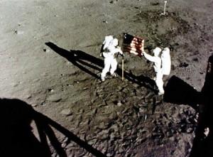 Guarda la versione ingrandita di Astronauti sulla Luna, così le radiazioni dello spazio li uccidono
