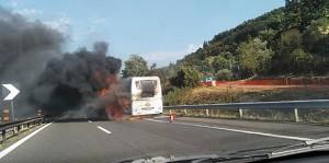 Guarda la versione ingrandita di YOUTUBE Autostrada A1: bus in fiamme e incidente, traffico in tilt