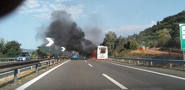 YOUTUBE Autostrada A1: bus in fiamme e incidente, traffico in tilt26