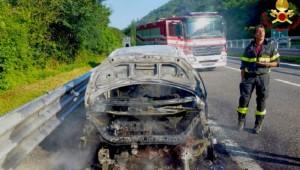Guarda la versione ingrandita di Sala Consilina: auto prende fiamme su A3, salvi due bambini