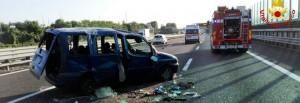 Guarda la versione ingrandita di Vicenza: scoppia pneumatico in autostrada, furgone si ribalta. Un morto
