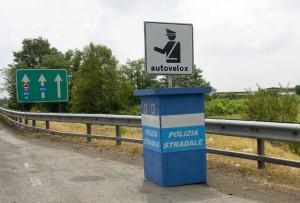 Treviso, vede autovelox, frena e cade: grave motociclista