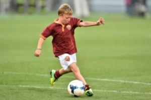 Guarda la versione ingrandita di Cristian Totti capocannoniere vince torneo con baby Roma FOTO ARCHIVIO ANSA