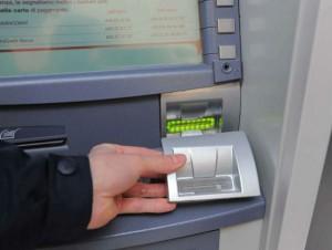 Roma, bancomat clonati con microcamera e skimmer invisibili