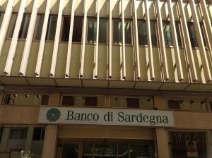 Cagliari, tentano rapina in banca travestiti da carabinieri. Caccia ai banditi