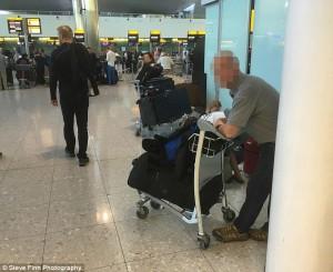 Guarda la versione ingrandita di David Beckham, ex guardia del corpo costretta a vivere in aeroporto (Jones fotografato dal Daily Mail)