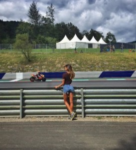 Guarda la versione ingrandita di Belen Rodriguez in Austria per tifare Iannone FOTO