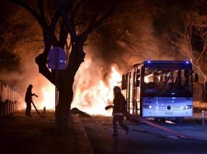 Guarda la versione ingrandita di Autobomba contro polizia, 3 morti e 40 feriti in Turchia